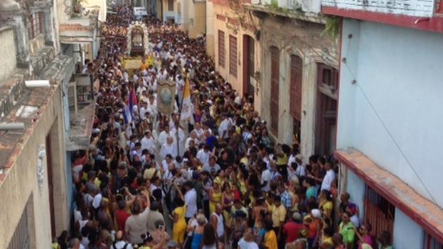 Cachita peregrina para alcanzar la calle Zanja y después derivar en la avenida Galiano, rodeada de gente que le canta y la saluda