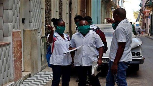 El problema se agrava porque frente al déficit de recursos profesionales y técnicos de salud, el Gobierno cubano ha seguido promoviendo las prácticas de exportación de su recurso humano