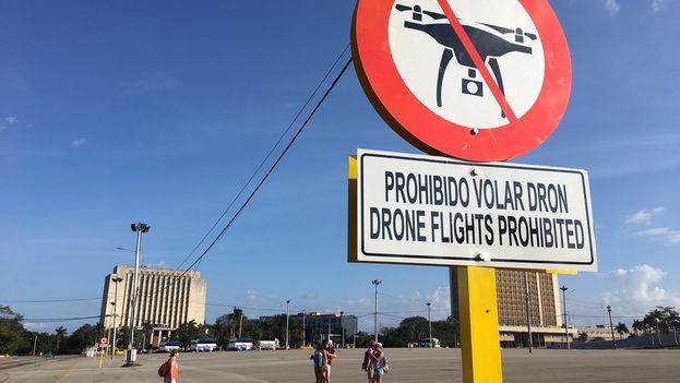Un cartel con la prohibición de usar drones fue colocado en la Plaza de la Revolución, en La Habana. (14ymedio)