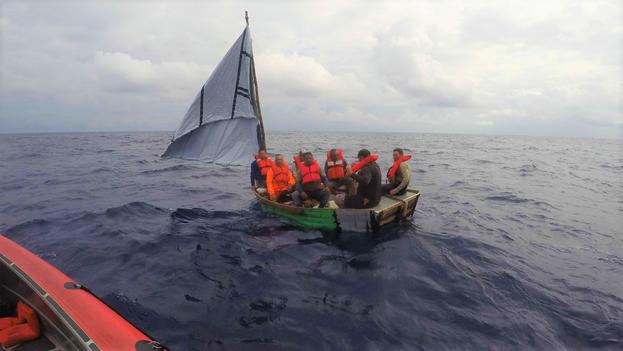 Los guardacostas proporcionaron chalecos salvavidas a los migrantes y una vez a bordo, recibieron comida, agua, refugio y atención médica básica. (Guardia Costera de EE UU)