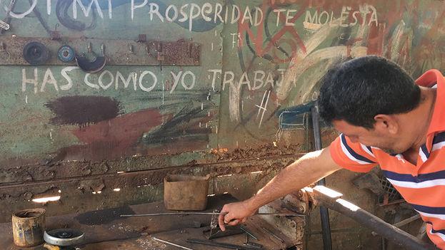 """""""Si mi prosperidad te molesta, haz como yo: trabaja"""", escribió este emprendedor del poblado de Alquízar, conocido como El Pata. (14ymedio)"""