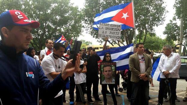 Un grupo de cubanos protestan frente al consulado español en Miami. (EFE)