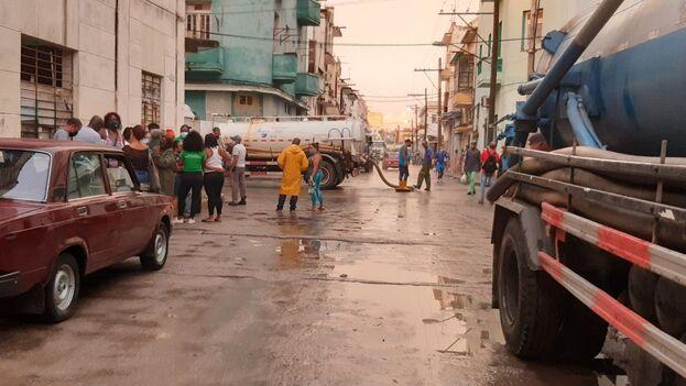 """Entre las protestas llevadas a cabo por mujeres cubanas en junio están la de las vecinas del """"solar de Míster Joe"""", por la inundación de sus casas el pasado lunes. (14ymedio)"""