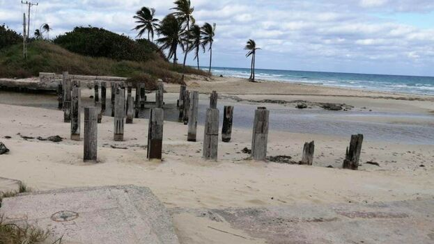 De este puente en La Habana del Este solo quedan los pilotes encajados en la arena. (14ymedio)