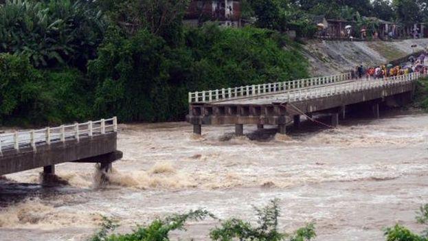 El puente sobre el río Zaza derribado por Alberto. (Youtube)
