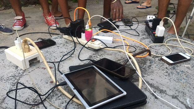 """El mercado informal se ha reiventado y surgen los negocios más inverosímiles. """"Se cargan móviles y tabletas por 1 CUC"""", dice un pequeño cartel a pocos metros del cementerio de Colón. (14ymedio)"""