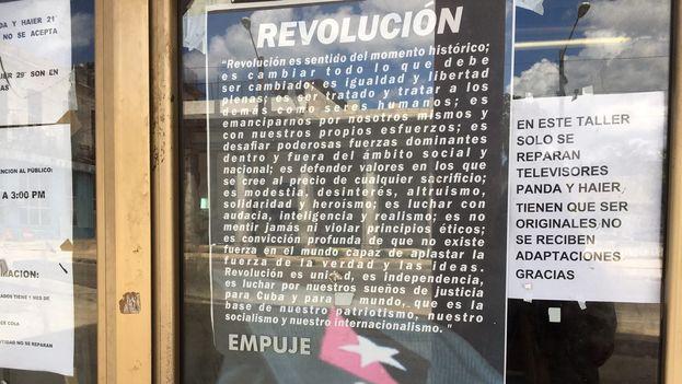 """Un cartel aclara a las afueras de una taller de reparación de electrodomésticos que no aceptan televisores o refrigeradores con """"adaptaciones"""". (14ymedio)"""