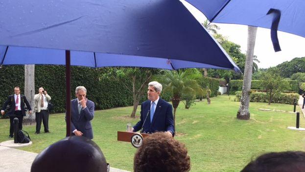 El sol no abandonó tampoco la ceremonia de la tarde en la residencia oficial. Aquí John Kerry dirigiendo unas palabras a los invitados