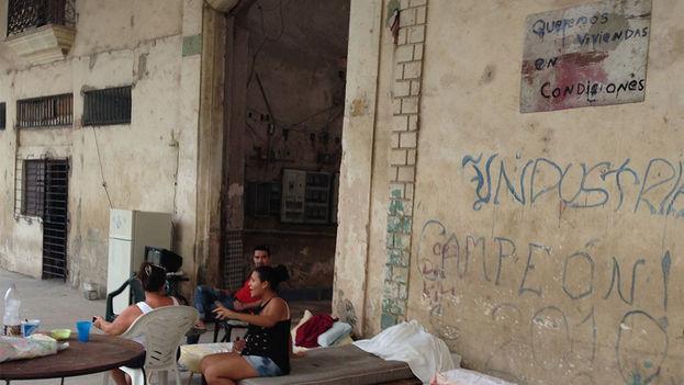 """Los residentes en una cuartería de Habana Vieja exigen """"viviendas en condiciones"""". (14ymedio)"""