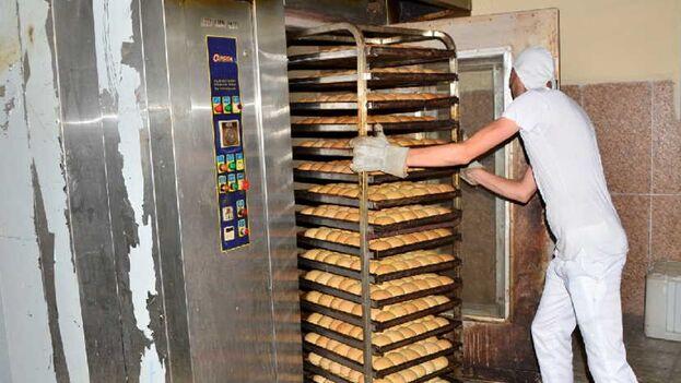 """Algunos residentes consideran que el producto ahora restringido ya no podía siquiera ser llamado """"pan"""". (Escambray)"""