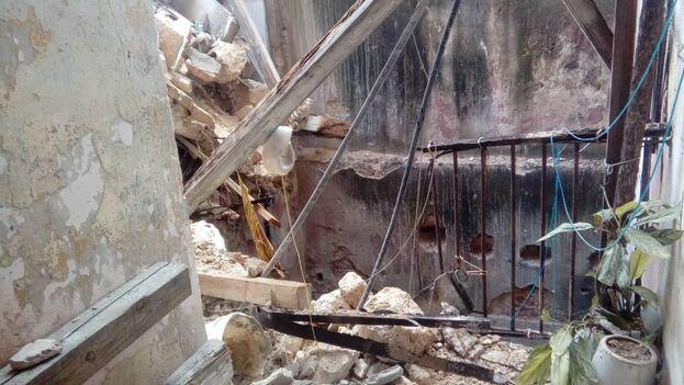 Los residentes del edificio han vivido hacinados por años y este derrumbe los ha dejado en medio de peligrosas ruinas y sin auxilio institucional. (14ymedio)