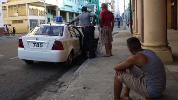 El mayor temor de los residentes ilegales en La Habana es que la policía les exija mostrar el carné de identidad. (14ymedio)