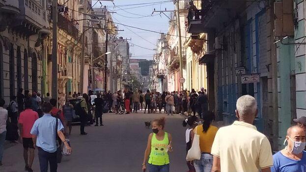 Desde que ocurrió el derrumbe, los residentes del inmueble han pasado días enteros en la calle, a la intemperie y rodeados por un fuerte operativo policial. (14ymedio)