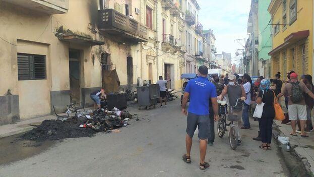 En la calle yacen los restos calcinados de todos los vehículos que se dañaron en la explosión. (14ymedio)