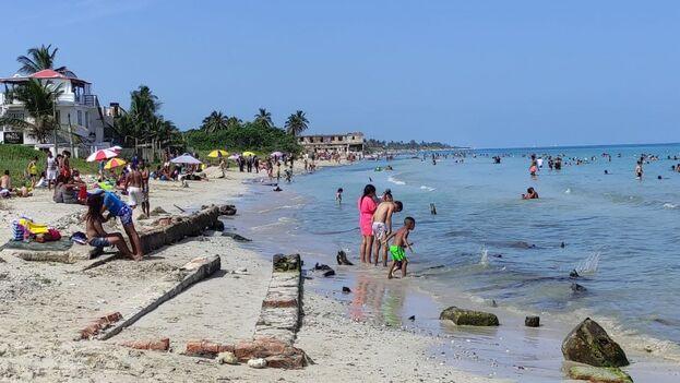 Este sábado los habaneros acudieron en masa a refrescarse en las Playas del Este. (14ymedio)