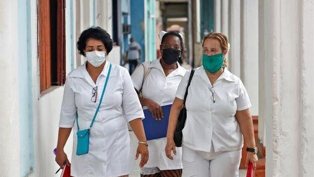 No es la primera vez que en la prensa estatal se atribuyen los contagios por covid-19 a fallos del personal sanitario y administrativo. (EFE/ Yander Zamora)