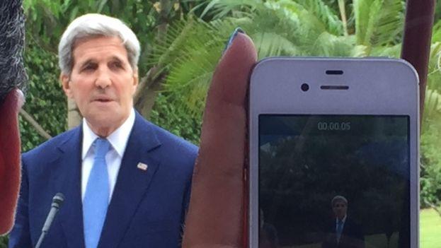 El secretario de Estado de EE UU, John Kerry, en la segunda ceremonia de izado de bandera