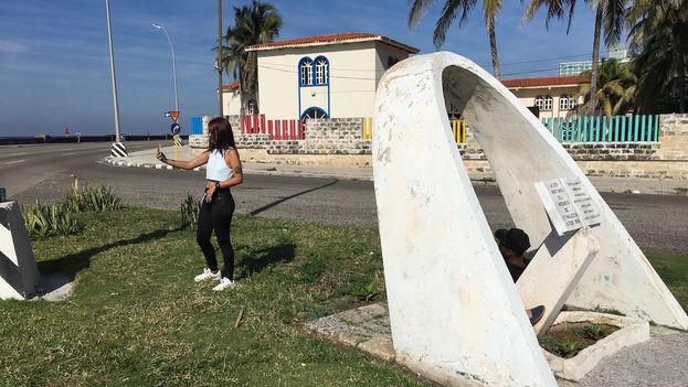 Una joven se toma una 'selfie' en las nuevas áreas con cobertura wifi en el malecón habanero. (14ymedio)