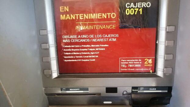 Durante la última semana en los bancos muchos de los cajeros están en mantenimiento o fuera de servicio. (14ymedio)