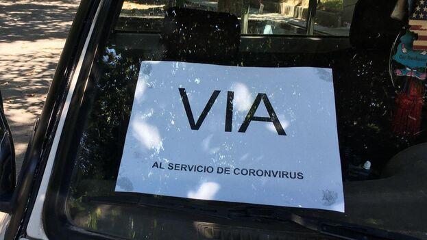 """Al servicio del coronavirus"""", advertía un cartel en un auto estatal que -para colmo- tenía una errata imperdonable. (14ymedio)"""