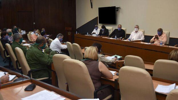 Durante la reunión de repaso a la situación sobre el Covid-19, los funcionarios llevaron mascarilla, aunque no la promocionada de factura nacional.