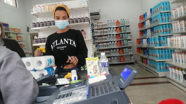 Una gran parte de la sociedad cubana critica la apertura de las tiendas en MLC, otros han visto crecer sus recursos gracias a ellas. (14ymedio)