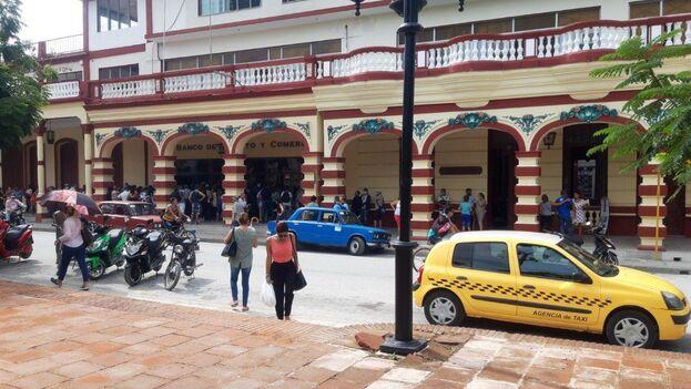 La escena se repetía en otras sucursales bancarias de la capital pero también podía verse un panorama similar en provincias como Holguín. (Cortesía)