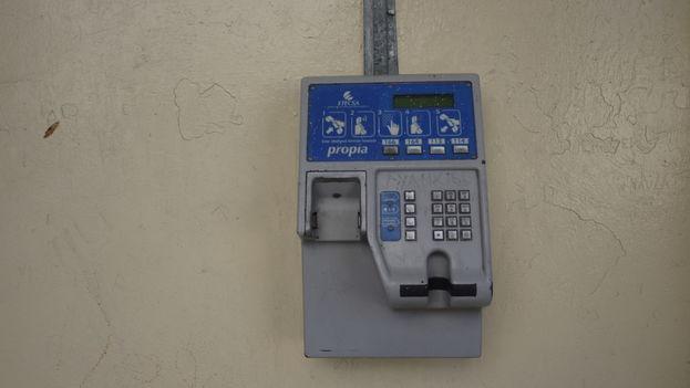 Un teléfono con el auricular arrancado. (14ymedio)