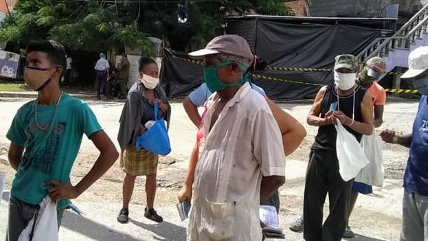 A pesar de los temores, los residente de la ciudad de Santiago de Cuba tienen que pasar muchas horas en colas para comprar alimentos. (14ymedio)
