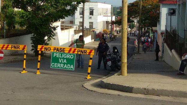 Desde horas tempranas en la mañana la policía cerró las calles que conducen al Tribunal Provincial de Cienfuegos. (14ymedio)