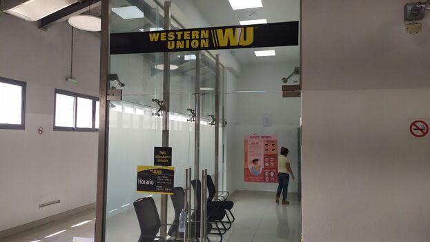 Este lunes la mayoría de los locales de Western Union han estado prácticamente vacíos en La Habana. (14ymedio)
