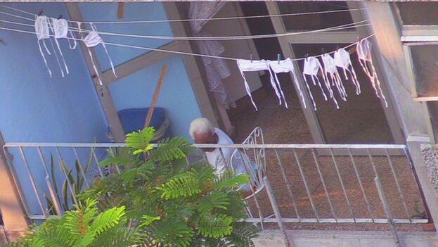 En las terrazas pasan sus horas muchos de los vecinos de mi barrio. (14ymedio)