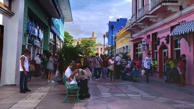 Decenas de personas esperaban este lunes en el Boulevard de Santi Spíritus para entrar a la tienda La Colonial. (14ymedio)