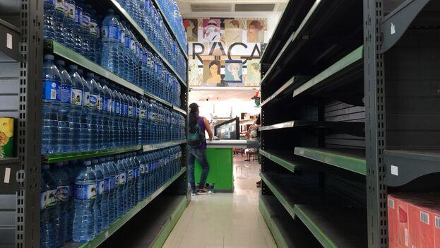 En el centro de Santa Clara, la tienda en divisa Praga, de la red Cimex, está desabastecida desde el inicio de la pandemia. (Laura Rodríguez)