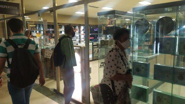 Una de las tiendas de la cadena Caracol, bajo el hotel Habana Libre. (14ymedio)