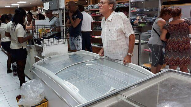 """Las neveras de las tiendas de barrios permanecen vacías y en el único """"cárnico"""" disponible para comprar son sardinas en latas. (14ymedio)"""