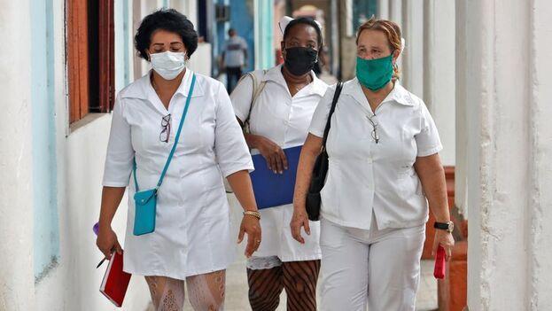 Tres trabajadoras de la salud en La Habana. (EFE/Yander Zamora/Archivo)
