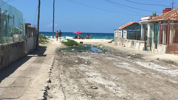 Los tramos de calle más cercanos al mar ya están casi en su totalidad cubiertos de arena. (14ymedio)