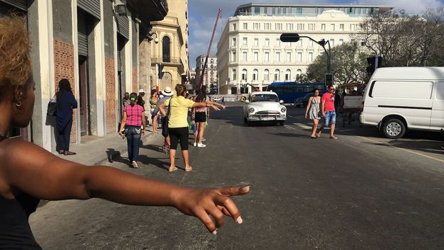 La crisis en del transporte en La Habana se agrava ante la huelga de brazos caídos que protagonizan los transportistas privados. (14ymedio)