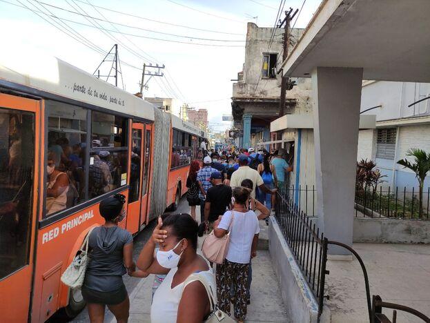 Los lunes son los días más difíciles para el transporte público en La Habana y el de hoy está resultando especialmente complicado. (14ymedio)