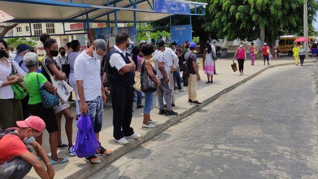 El transporte es, junto al suministro de alimentos, uno de los principales dolores de cabeza para los residentes de La Habana. (14ymedio)
