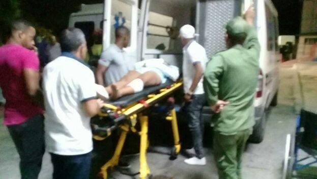 Un herido es trasladado al hospital tras un trágico accidente en el malecón habanero. (Ricardo Gómez)