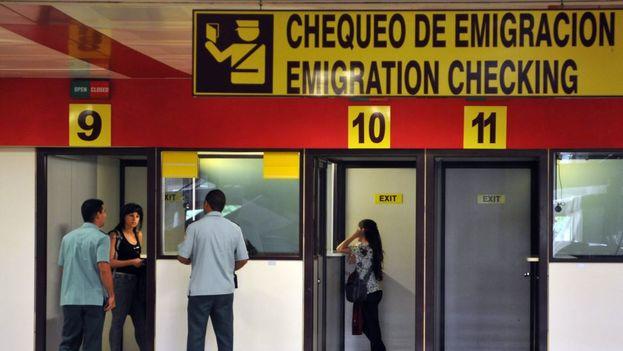 """Una uniformada de Inmigración informó este lunes a Regina Coyula de que no podría viajar por estar """"regulada"""". (EFE)"""