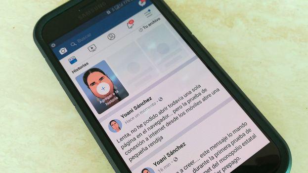 Un usuario navega en internet a través de su móvil este martes en La Habana. (14ymedio)