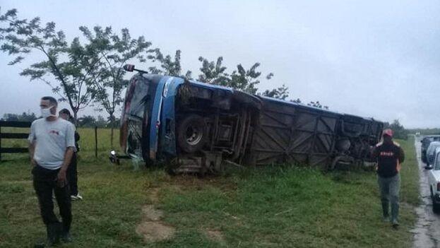 """El vehículo, que presentaba """"fallos técnicos"""" según la prensa oficial, se salio de la vía y volcó en una cuneta. (Sierra Maestra)"""