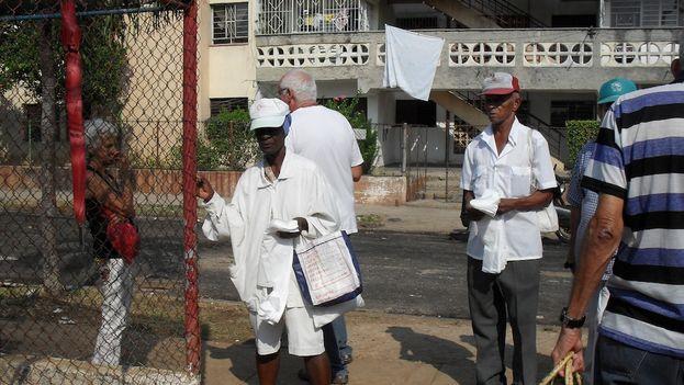 Vendedora de jabitas delante del mercado agrícola. (Luz Escobar)