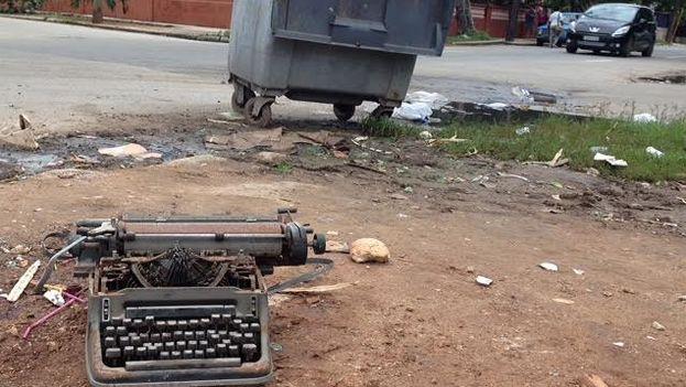 Una vieja máquina de escribir en un basurero de La Habana. (14ymedio)