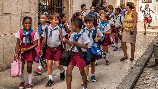 Unos zapatos de calidad para ir a la escuela pueden llegar a costar el salario mensual de un médico. (Andrew Anderson)