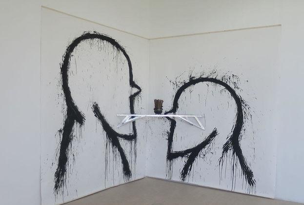 'Abre nkuto, muchacho nuevo'. 2017 Instalación, acrílico sobre tela y objetos de metal y madera.  José Bedia Valdés. (14ymedio)