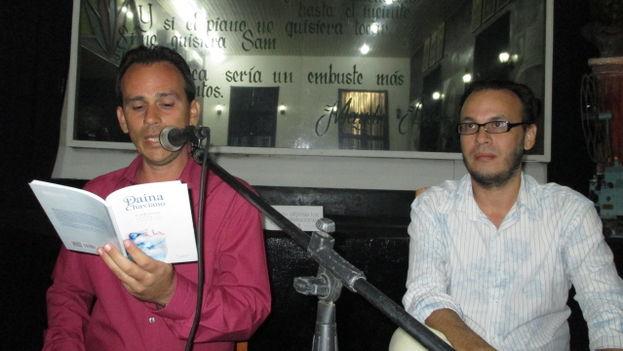 Adalberto Santos lee un poema durante la presentación. A su lado Luis Yuseff, director de la Editorial La Luz. (Fernando Donate/14ymedio)
